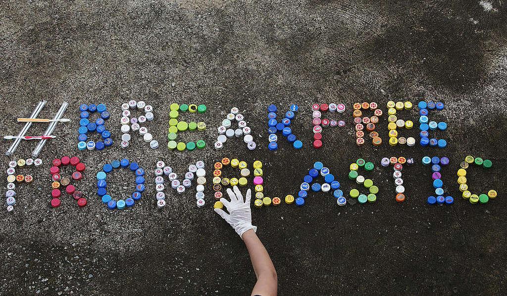 Plastics Brand Audit at Wonnapa Beach in Chonburi © Chanklang Kanthong / Greenpeace