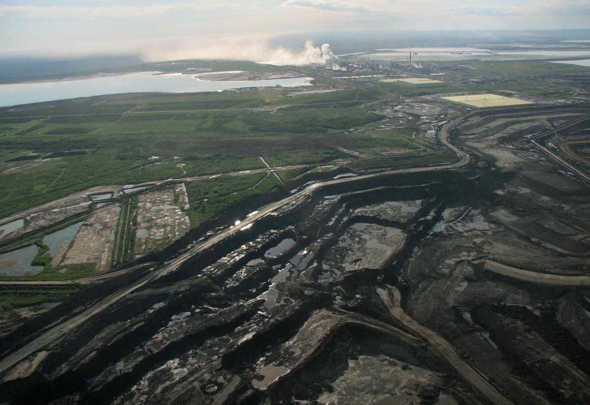 An Open-Pit Mine at the Alberta Tar Sand © Greenpeace / E M