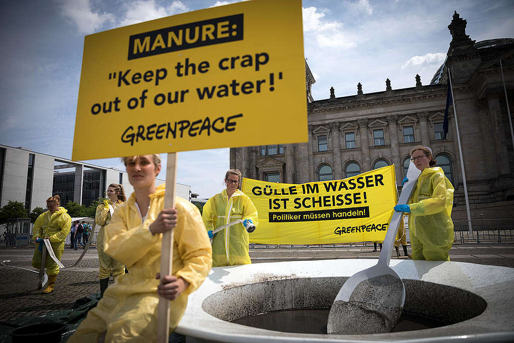 Manure-Soup Protest in Berlin © Gordon Welters / Greenpeace