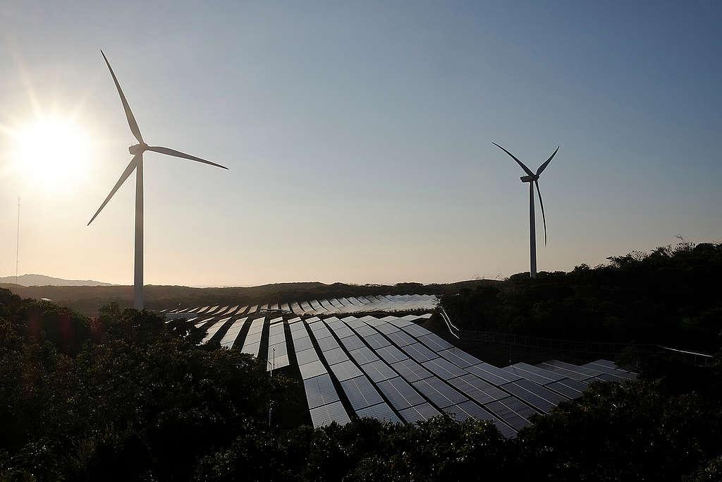 Wind Farm and Solar Power Plant In Ilocos Norte © Veejay Villafranca / Greenpeace
