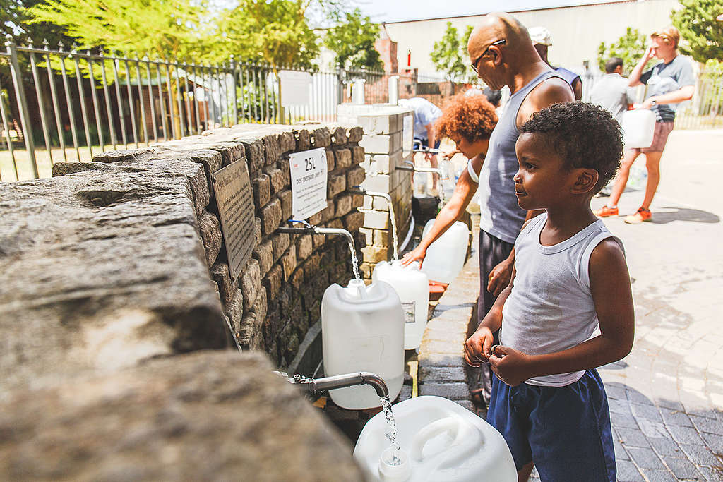 Locals Collect Water at Brewery Spring in Newlands, Cape Town © Kevin Sawyer / Greenpeace