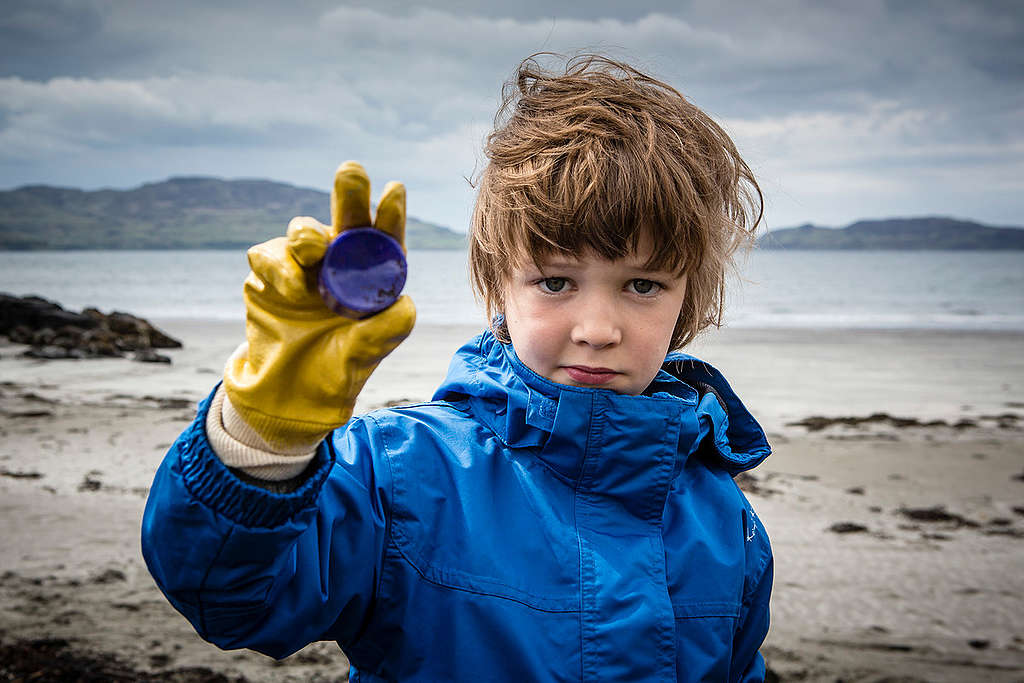 Kilninian Beach Clean-up Activity on Mull Island in Scotland. © Will Rose / Greenpeace