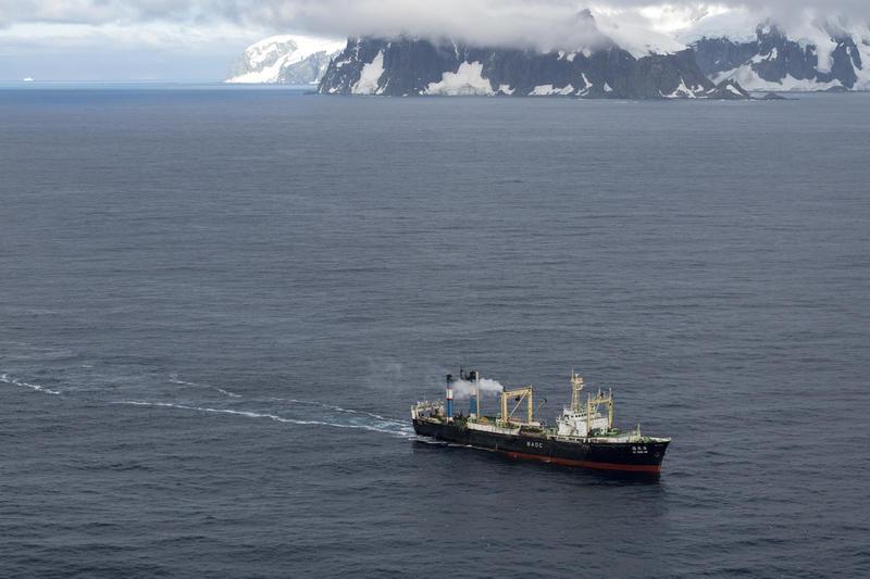 Krill fishing vessel in the Antarctic © Daniel Beltrá / Greenpeace