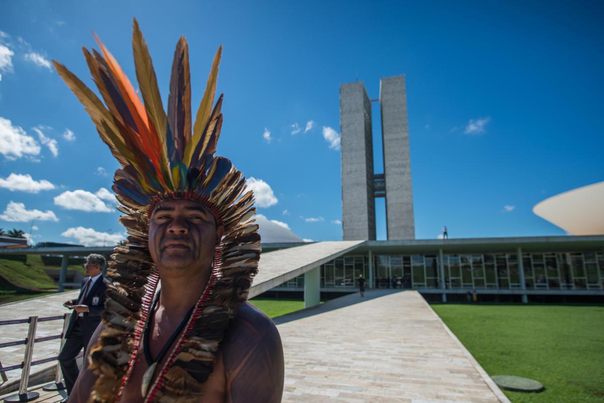 Indigenous leader in front of the House of Congress in Brasília, Brazil. © Christian Braga / MNI