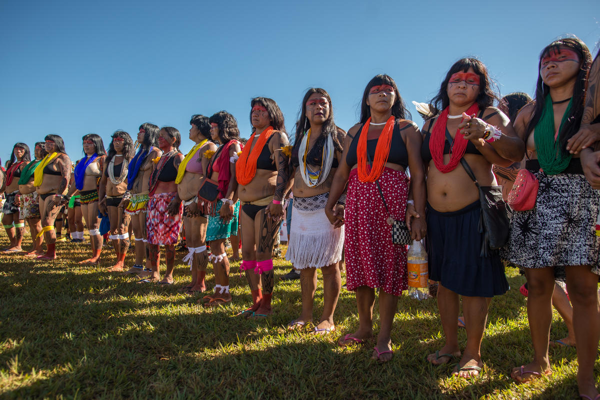 Indigenous women stand in line on the last day of the Free Land Camp. © Christian Braga / MNI