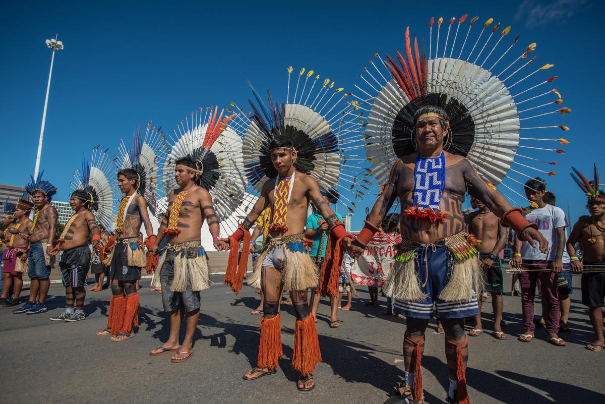Indigenous men stand in line during the march in Brasília, capital of Brazil. © Christian Braga / MNI