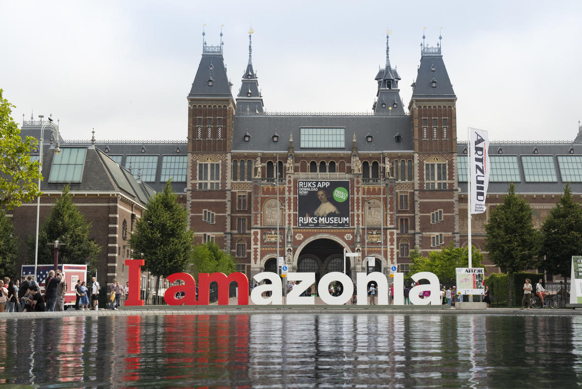 Greenpeace turns world-famous 'Iamsterdam' sign into solidarity message to save Amazon © Olivier Truyman / Greenpeace