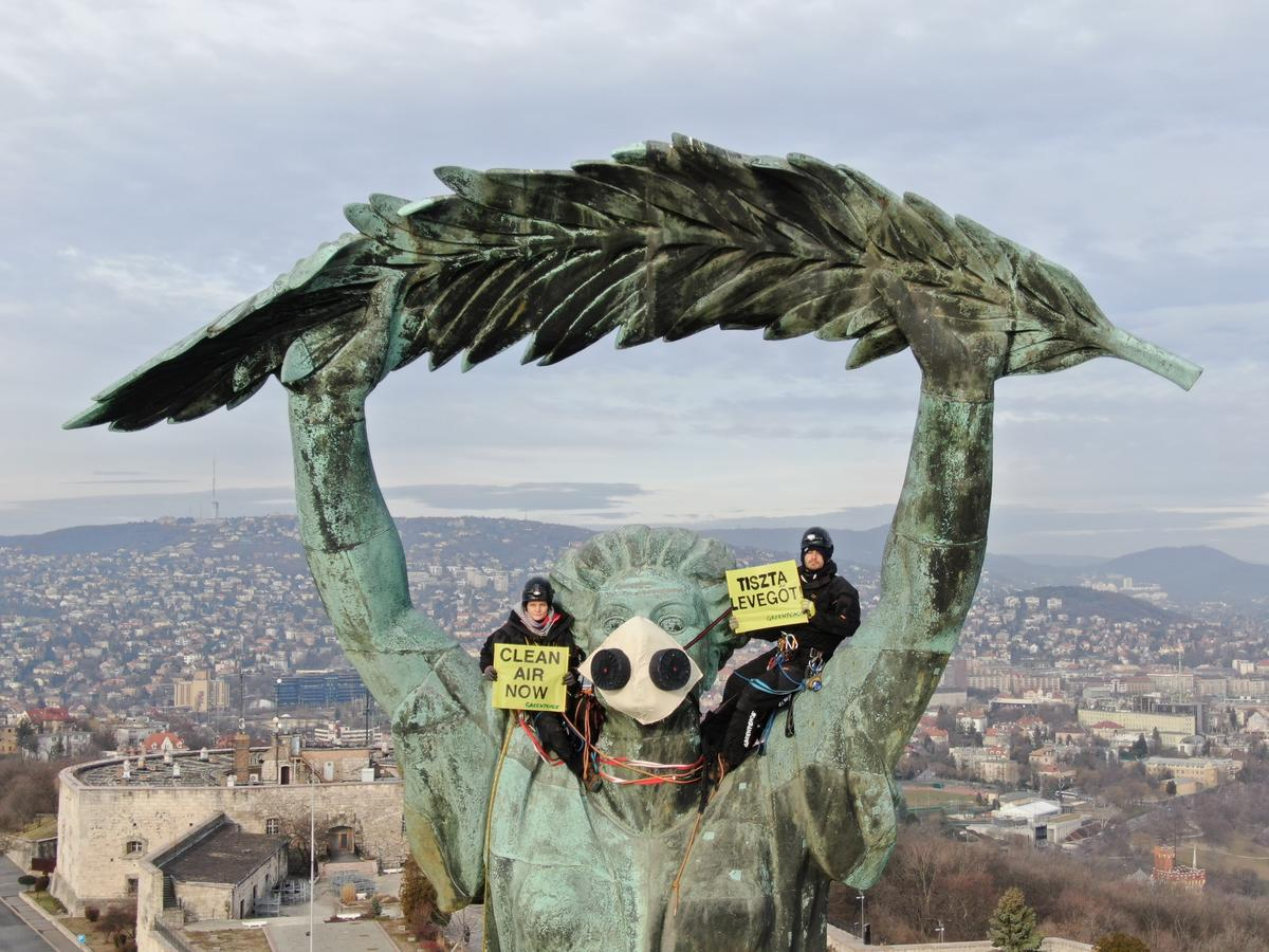 Activists Demand CLEAN AIR at Statue of Liberty in Budapest © Pawel Starnawski / Greenpeace