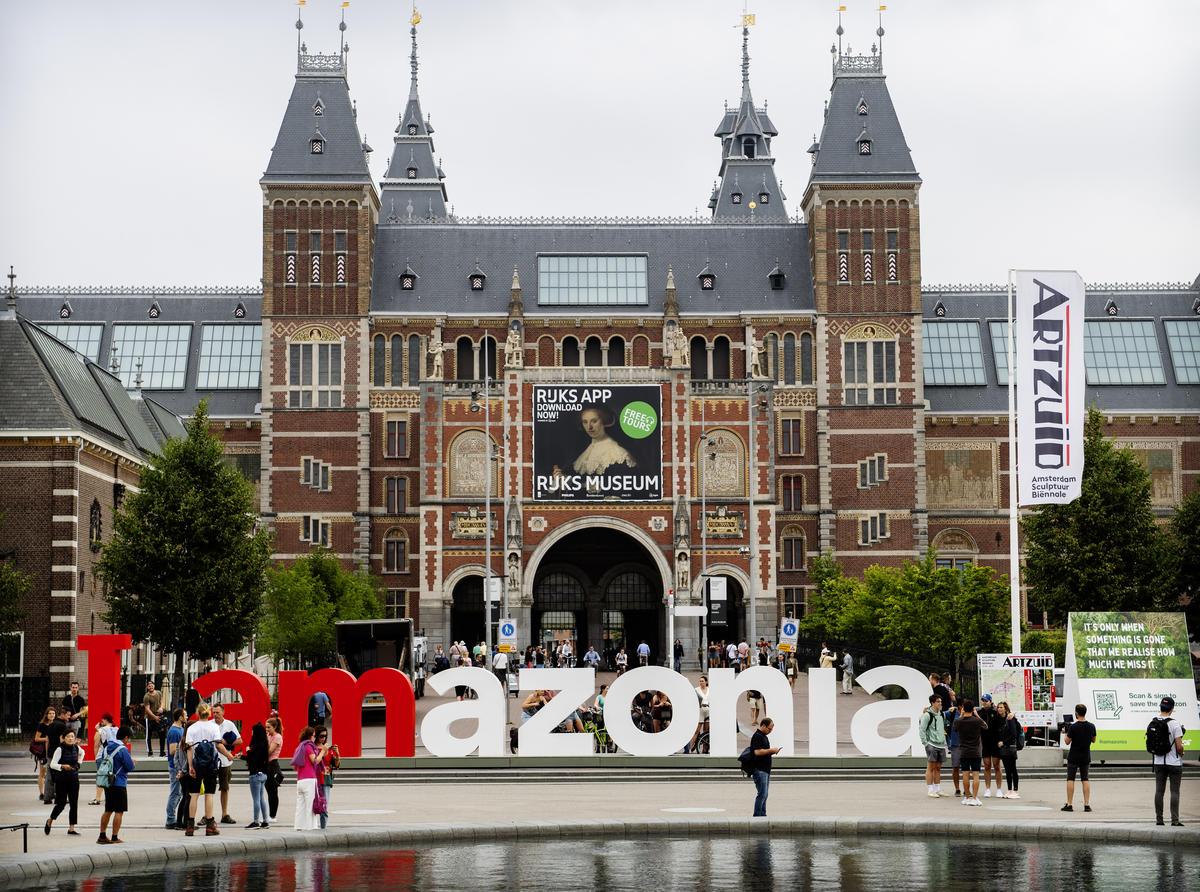 Greenpeace turns world-famous 'iAmsterdam' sign into solidarity message to save Amazon © Marten van Dijl / Greenpeace