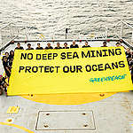 Esperanza in Jamaica with Banner © Bárbara Sánchez Palomero / Greenpeace