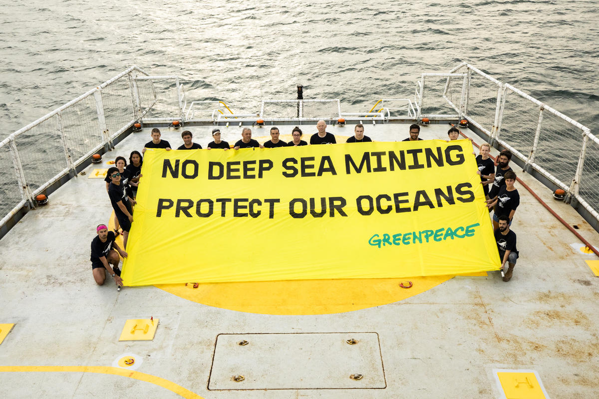 Esperanza in Jamaica with Banner. © Bárbara Sánchez Palomero / Greenpeace