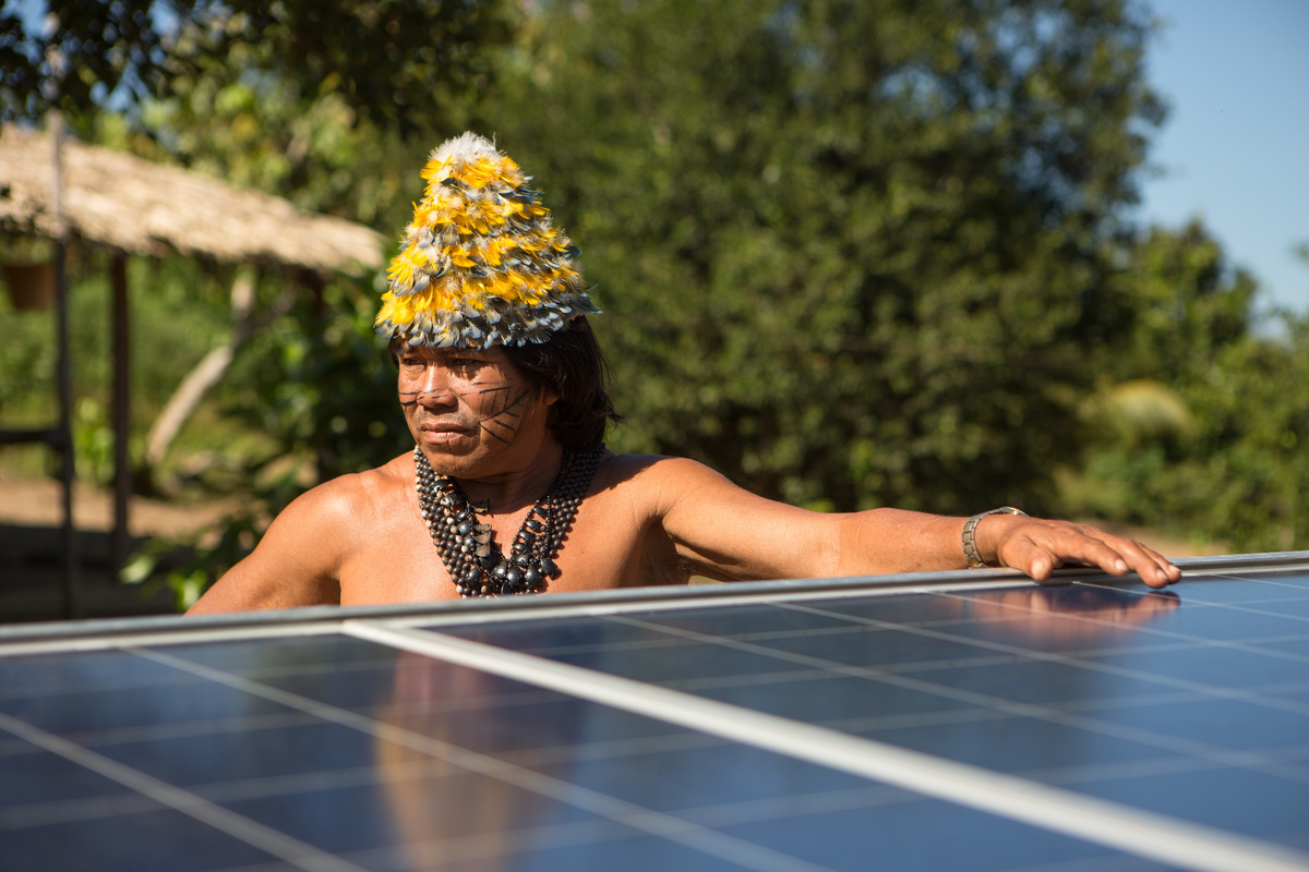 Cacique Valto Datie with Solar Panels at Dace Watpu Village. © Otávio Almeida / Greenpeace