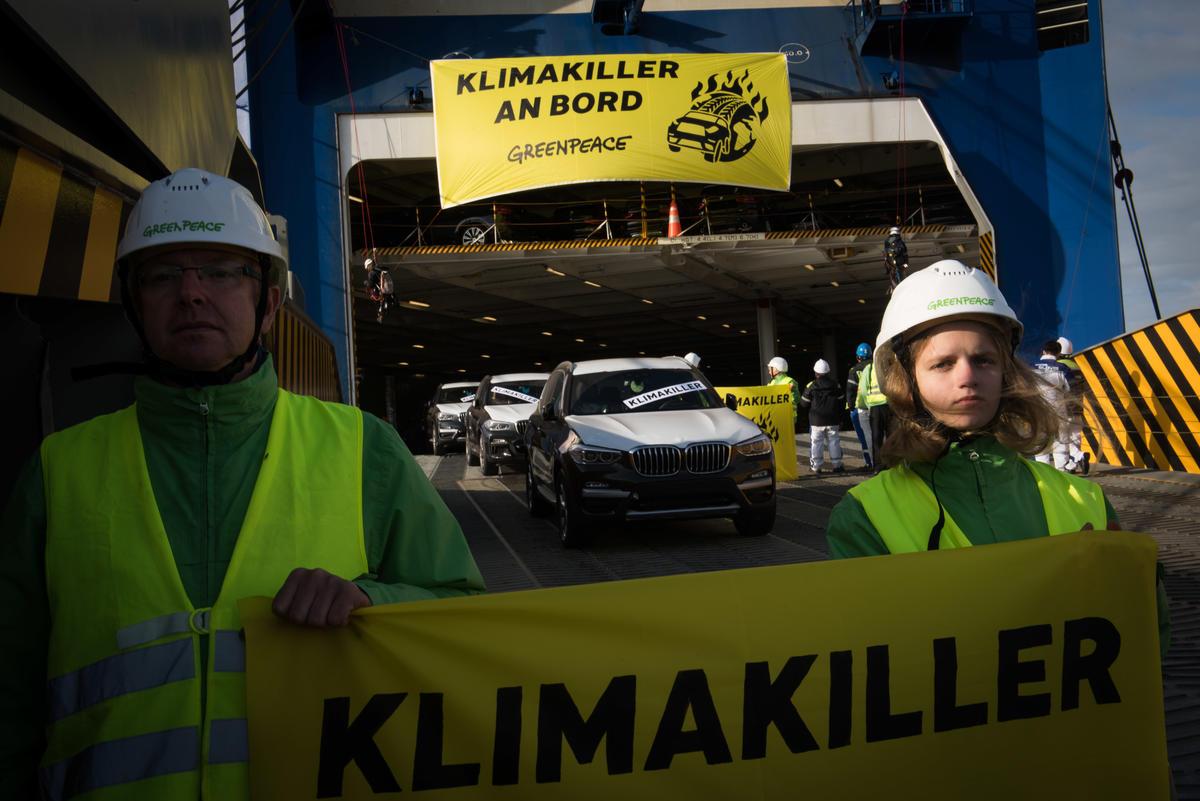 Protest against SUVs in Bremerhaven. © Chris Grodotzki / Greenpeace