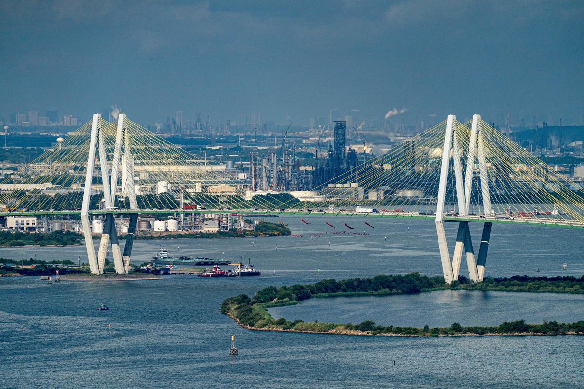 Aerial View of Bridge Blocckade. © Greenpeace