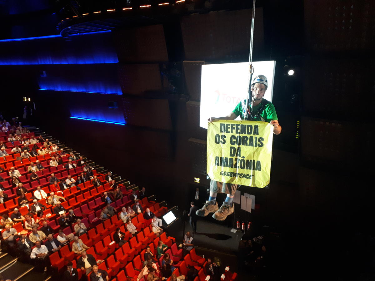 Cimbing Action at Total's AGM in Paris. © Greenpeace / ANV-COP21