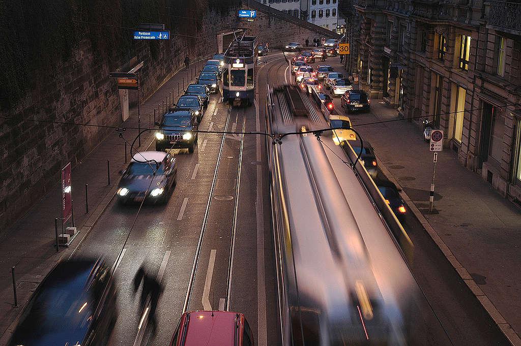 Traffic in Zurich. © Greenpeace / Thomas Schuppisser