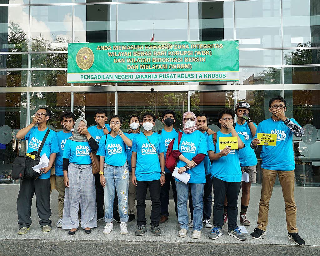 A group of 31 citizens sue the Indonesian government. © Greenpeace