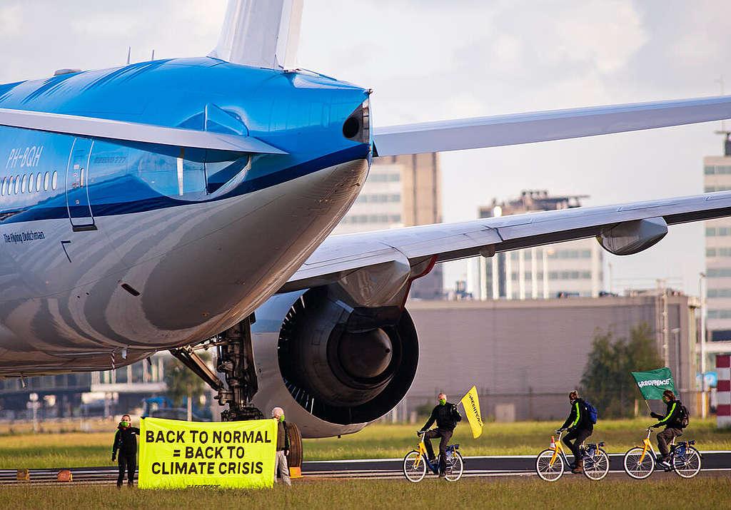 Activists Demand Climate Conditions Bailout at Schiphol, Amsterdam. © Marten van Dijl / Greenpeace