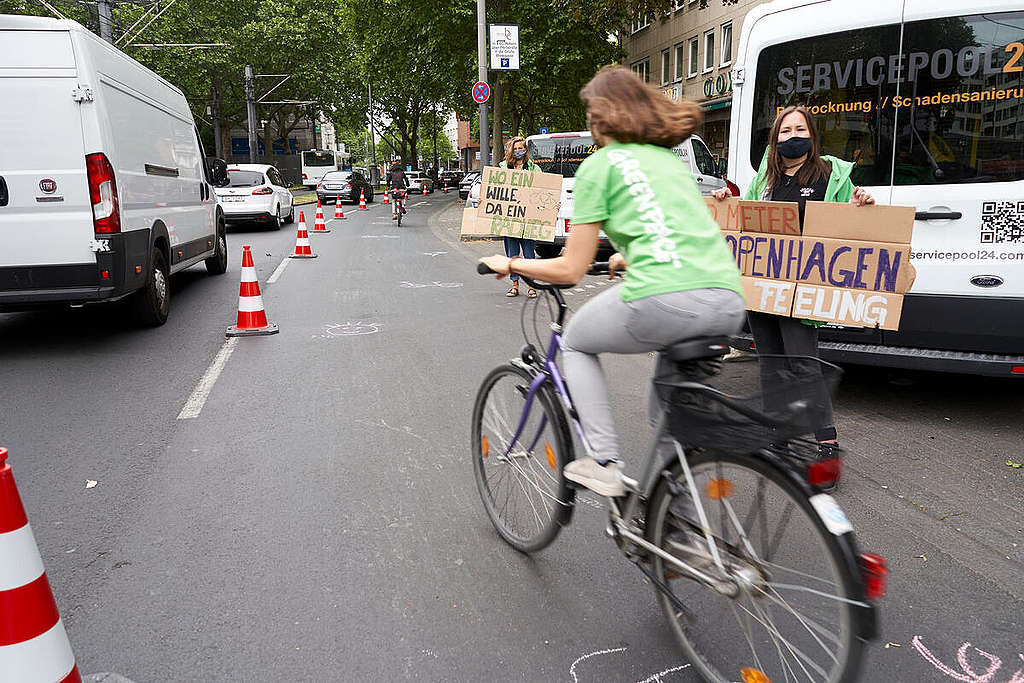 Group Action Day with Pop-Up Bike Lane in Cologne. © Anne Barth / Greenpeace