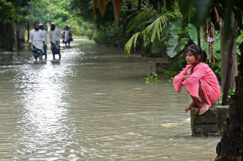 A girl sits alongside a flooded walkway in Sreenagar on July 20, 2020. - The death toll from heavy monsoon rains across South Asia has climbed to nearly 200. © MUNIR UZ ZAMAN / AFP / Getty Images