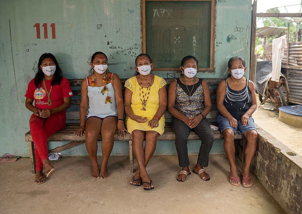 Women are producing masks to prevent the spread of COVID-19 among Indigenous Peoples in São Gabriel da Cachoeira, Amazonas, Brazil  © Christian Braga / Greenpeace