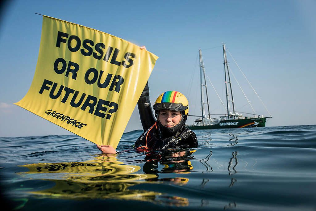 Project North Sea: Activists swim to oil rig to show that Denmark is not as green as people think. © Andrew McConnell / Greenpeace