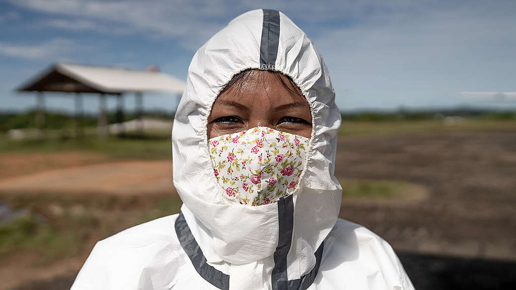 Janete Alves, from the Desana people, accompanied a Greenpeace flight to deliver the masks and hygiene and protection supplies to the Upper Rio Negro community © Christian Braga / Greenpeace