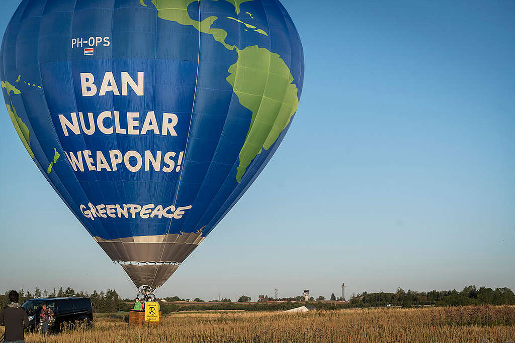 Protest with Hot Air Balloon against Nuclear Weapons in Büchel. © Bernd Lauter / Greenpeace