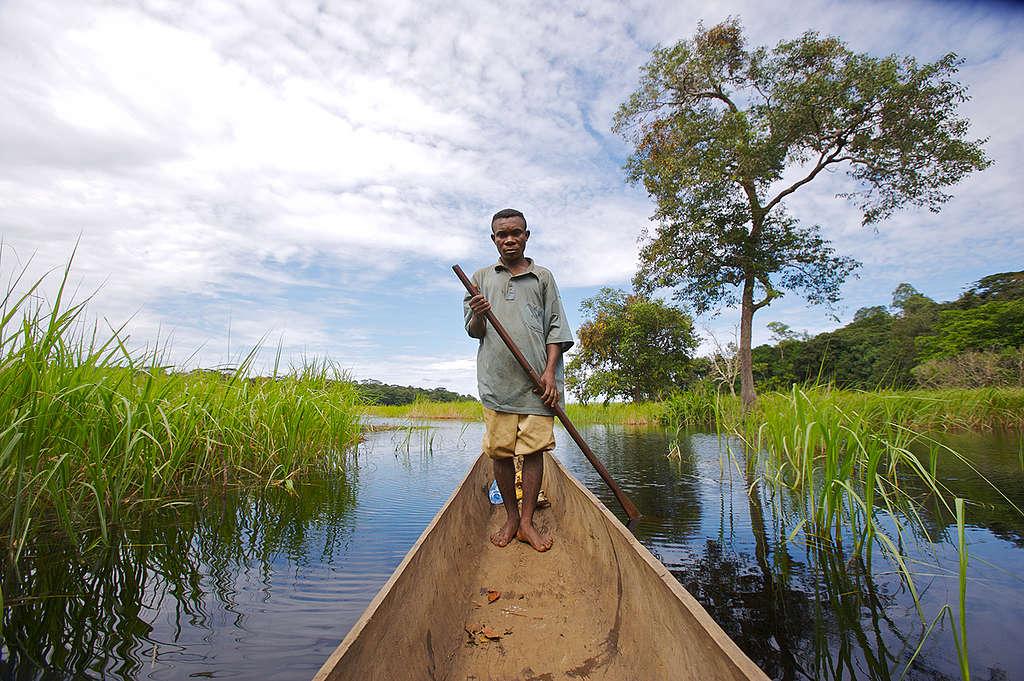 Local Man on Lake Tumba. © Greenpeace / Philip Reynaers