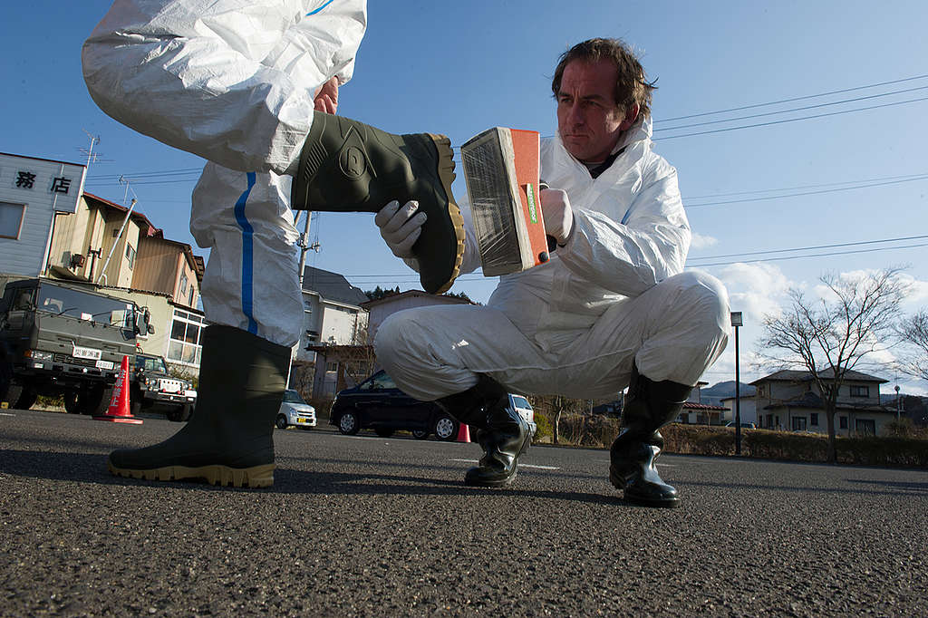 Measuring Radiation on Boot. © Christian Åslund / Greenpeace