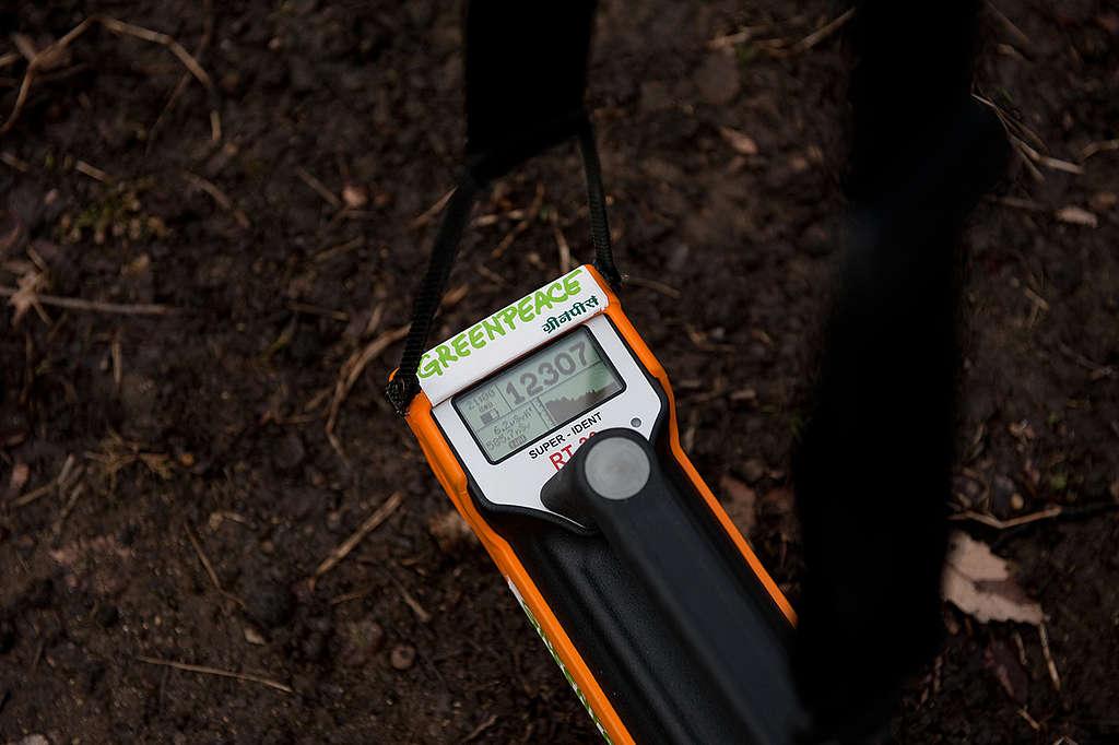 Measuring Radioactivity in Fukushima. © Noriko Hayashi / Greenpeace