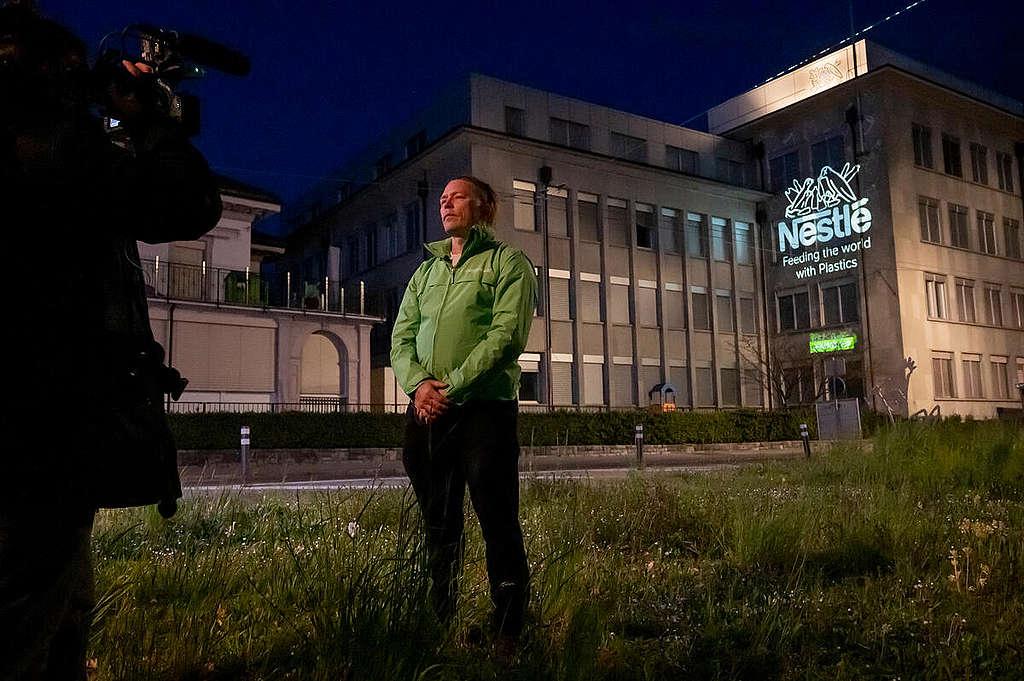 Activists warn Nestlé shareholders against plastic investments. © Greenpeace