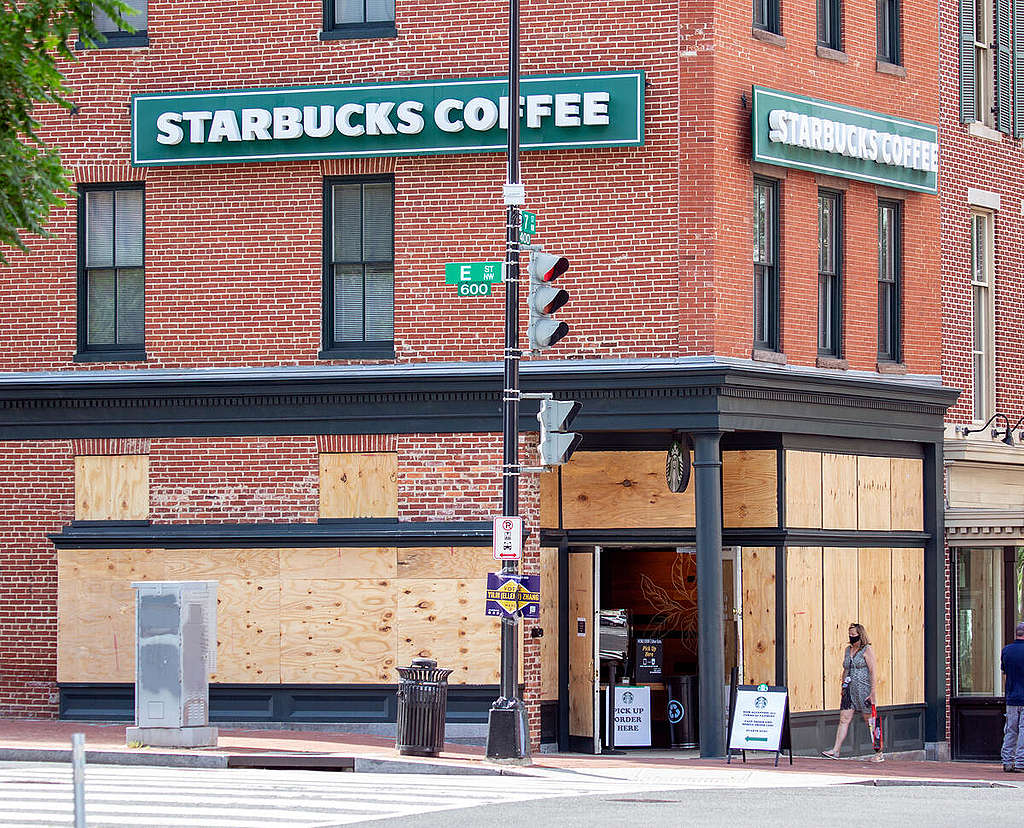 A boarded up Starbucks remains open during the covid-19 pandemic on Seventh Street NW in Washington.  © Tim Aubry / Greenpeace