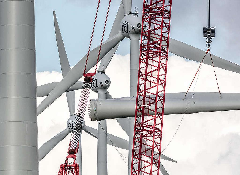 Construction at Wind Park in Feldheim, Germany. © Paul Langrock / Greenpeace