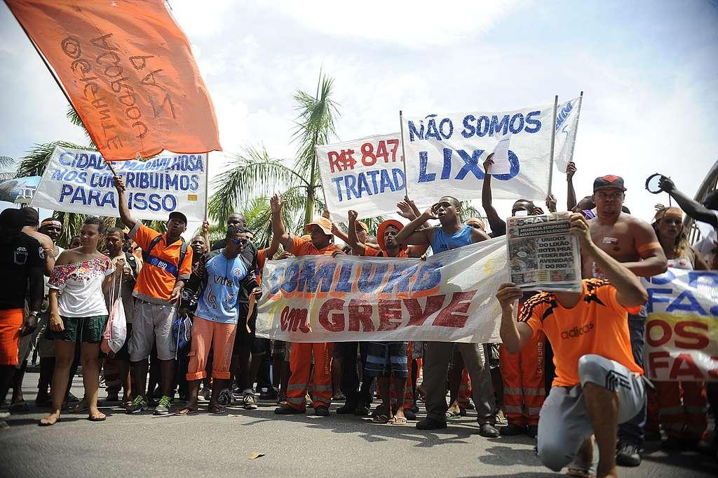 Street cleaners protest outside City Hall, Rio de Janeiro, Brazil. © Tânia Rêgo/ Agência Brasil