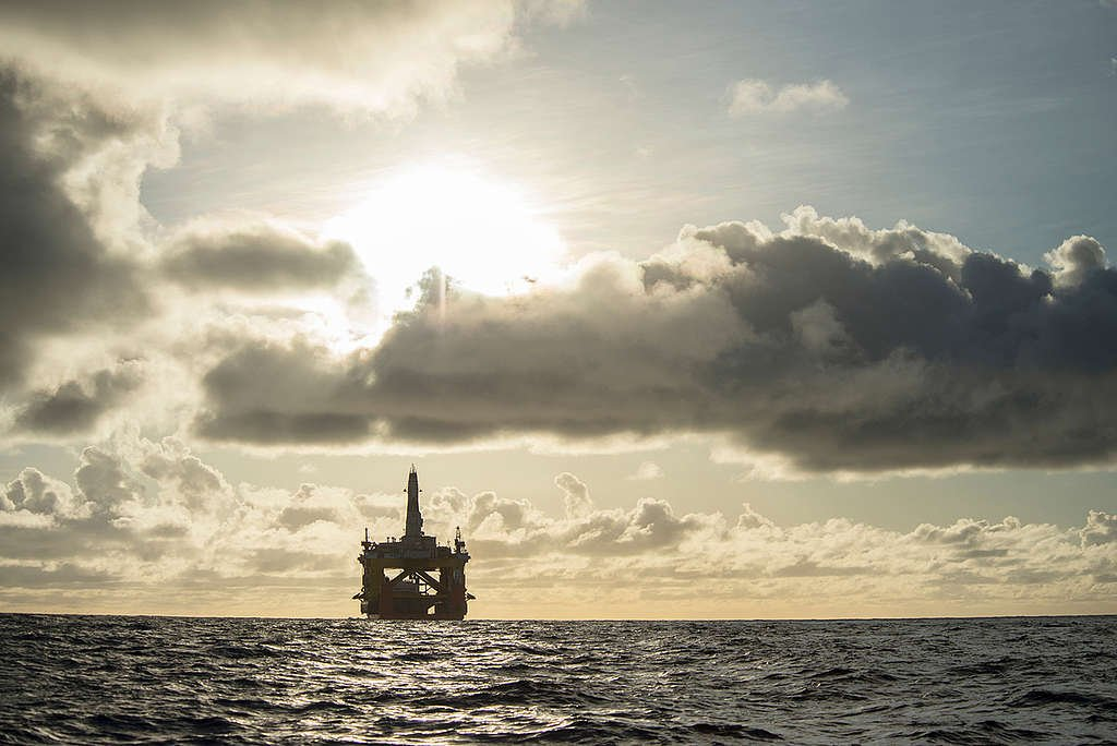 Shell's Oil Rig the Polar Pioneer in Pacific Ocean. © Vincenzo Floramo / Greenpeace