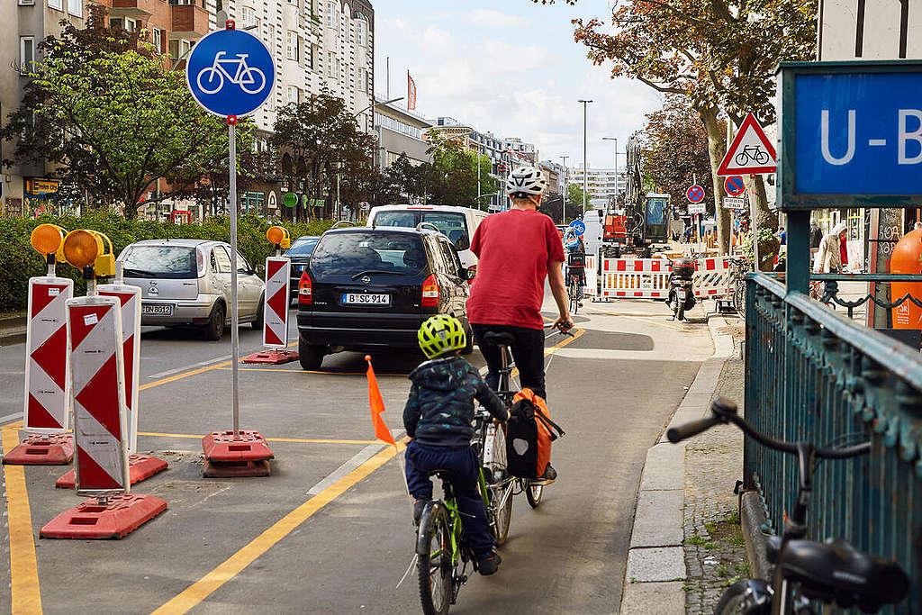 Pop-Up Bike Lane in Berlin. © Christian Rinke-Lazo / Greenpeace