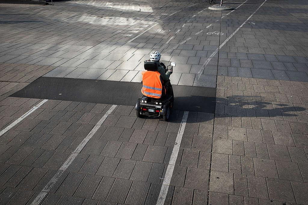 Wheelchair User on Cycle Lane. © Chris Grodotzki / Greenpeace