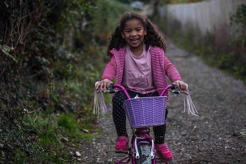 Cycling in the UK. © Elizabeth Dalziel / Greenpeace