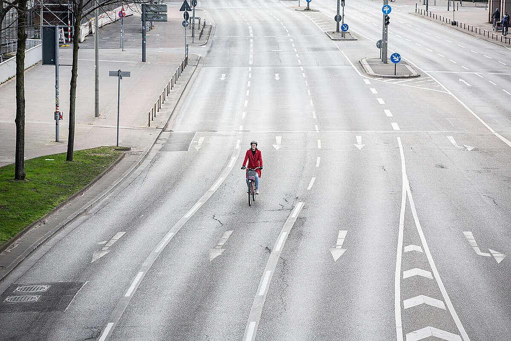Cycling in Hamburg during the Coronavirus Shutdown. © Maria Feck / Greenpeace