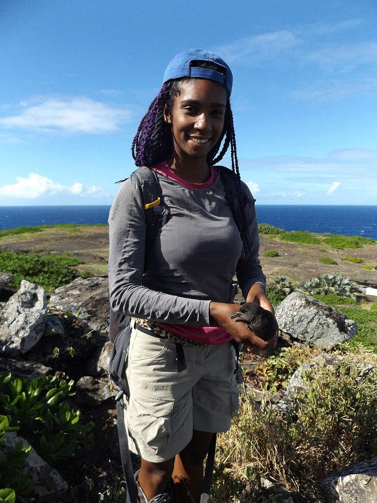 Aurelie Hector holds a seabird © Aurelie Hector