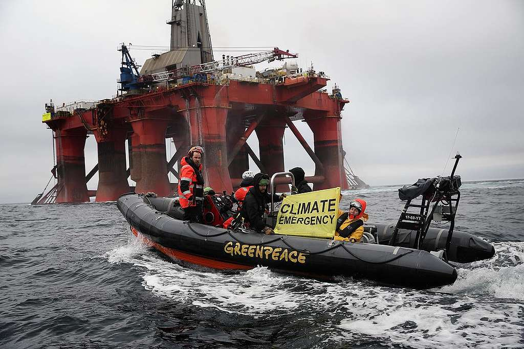 Activists on Boat alongside BP Oil Rig in the North Sea. © Greenpeace
