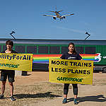 Greenpeace is demanding that European governments invest in an accessible railway system for the entire population and not just those routes with the highest demand. The campaign got off to a flying start with anti-expansion action at El Prat Airport.