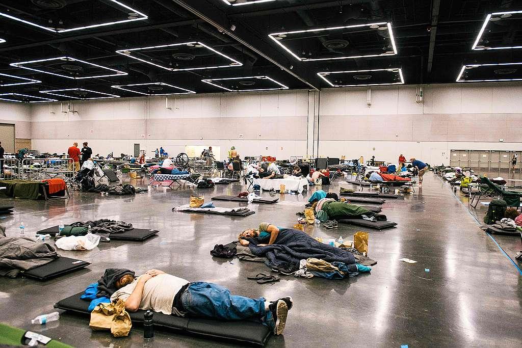 People rest at the Oregon Convention Center cooling station in Portland, Oregon. © Kathryn Elsesser/AFP via Getty Images