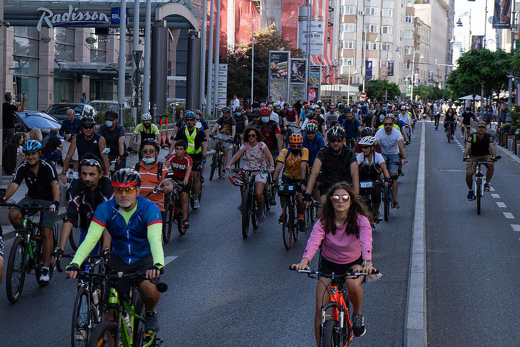 Greenpeace Romania Joins the Cyclists' March in Bucharest. © George Topoleanu / Greenpeace