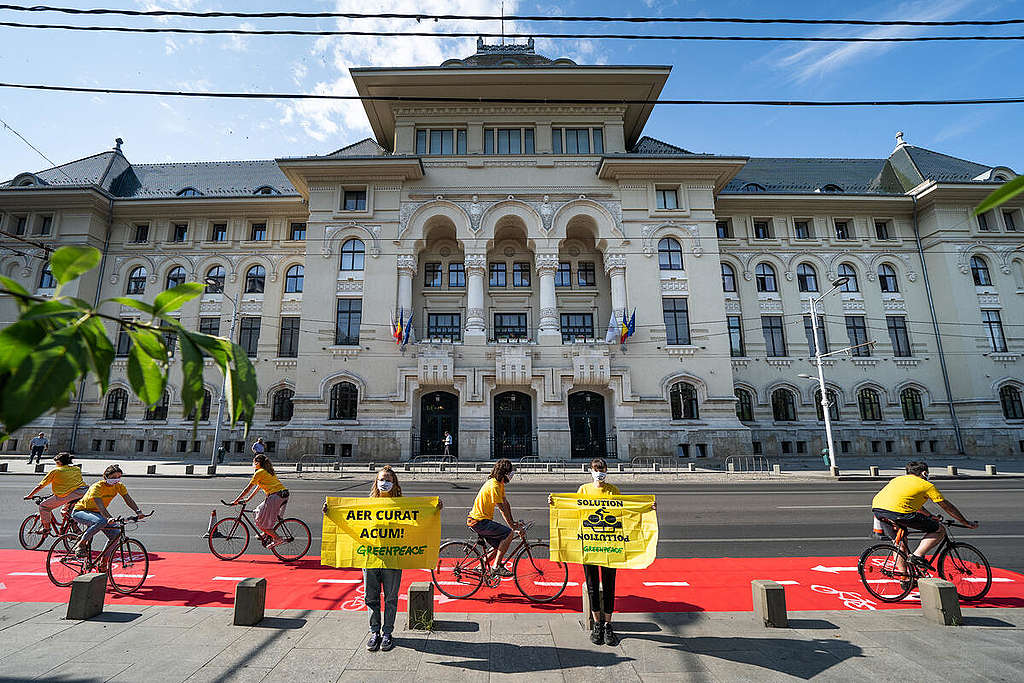 Clean Air Now Action in Bucharest. © Catalin Georgescu / Greenpeace