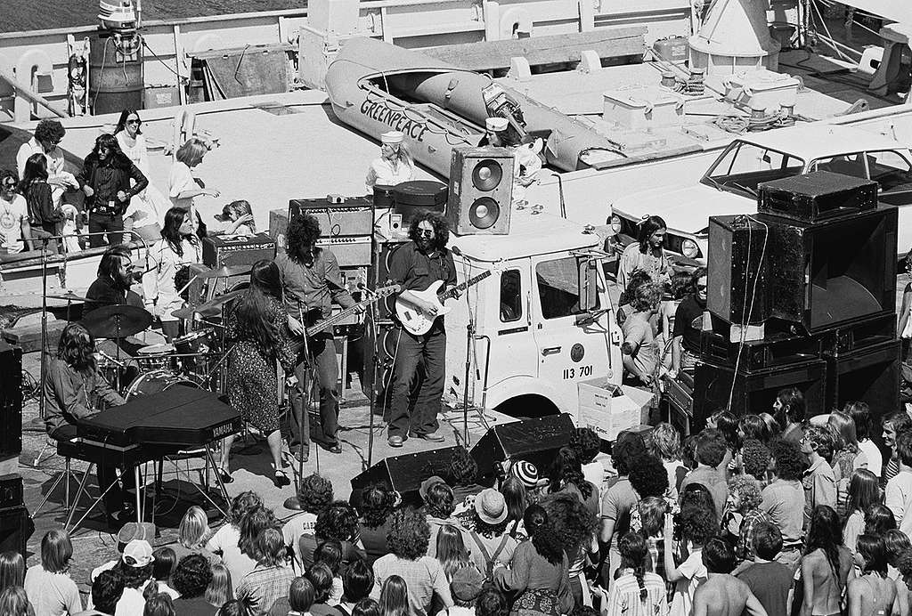 Jerry Garcia and friends play a benefit concert on the Greenpeace ship James Bay, August 12, 1977, at Pier 31 in San Francisco. © Greenpeace / Rex Weyler