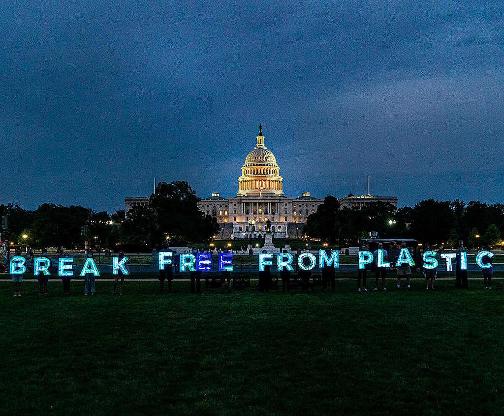 Break Free from Plastics Lights Up in Washington D.C. © Tim Aubry / Greenpeace