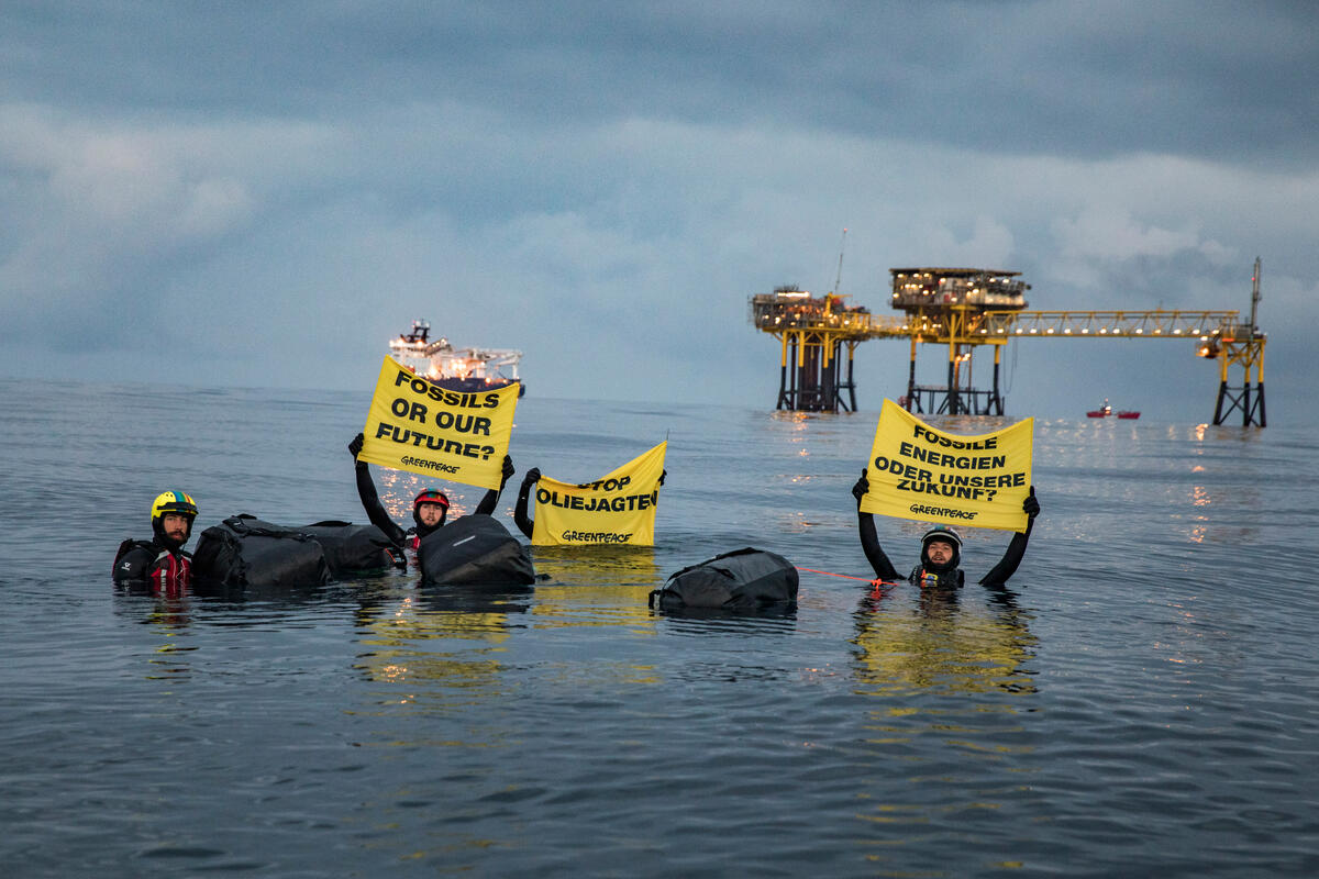 Project North Sea: Activists Swim to Oil Rig in Denmark © Andrew McConnell / Greenpeace
