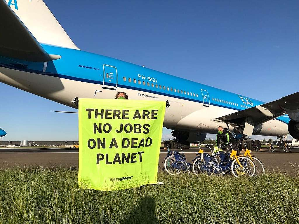 Activists Demand Climate Conditions Bailout at Schiphol, Amsterdam. © Myrthe Verweij / Greenpeace